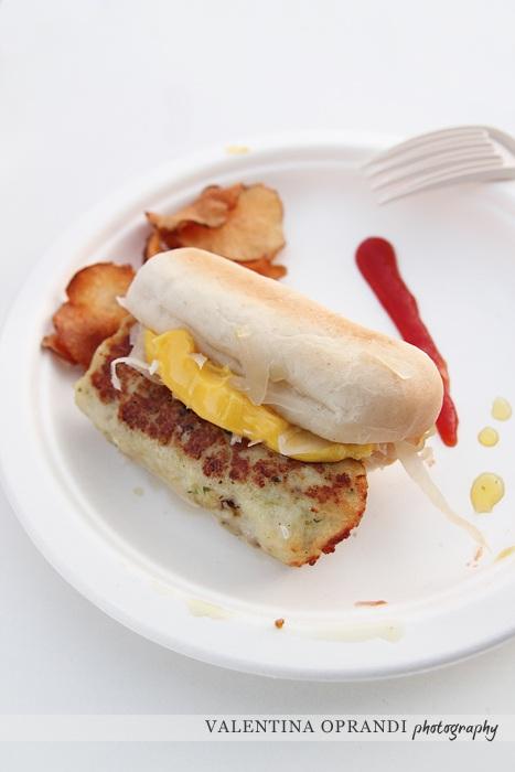 hot dog di branzino arrosto con ricci di mare