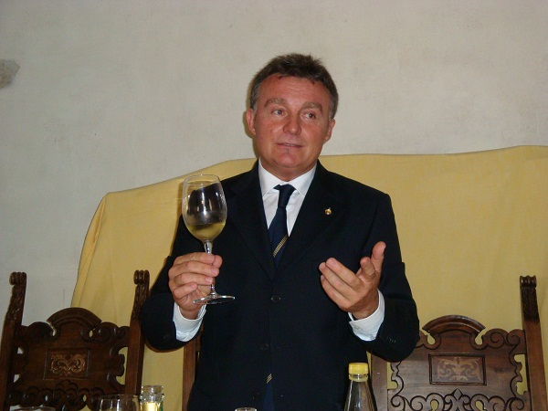 Roberto Gardini mentre conduce la degustazione