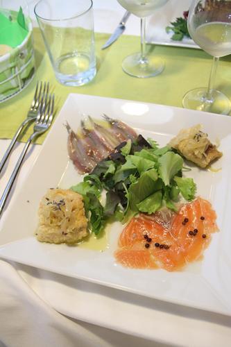 salmone marinato agli agrumi e pepe rosa, salmerino in carpione profumato alla lavanda e alici marinate