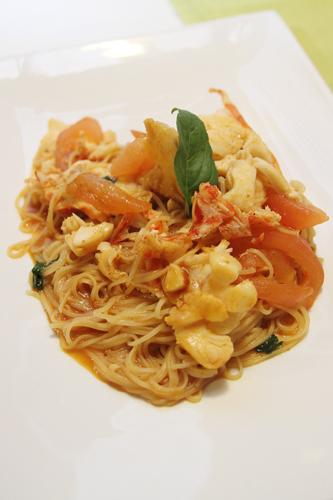 tagliolini all'aragosta con filetti di pomodoro e bisque di gamberi rossi