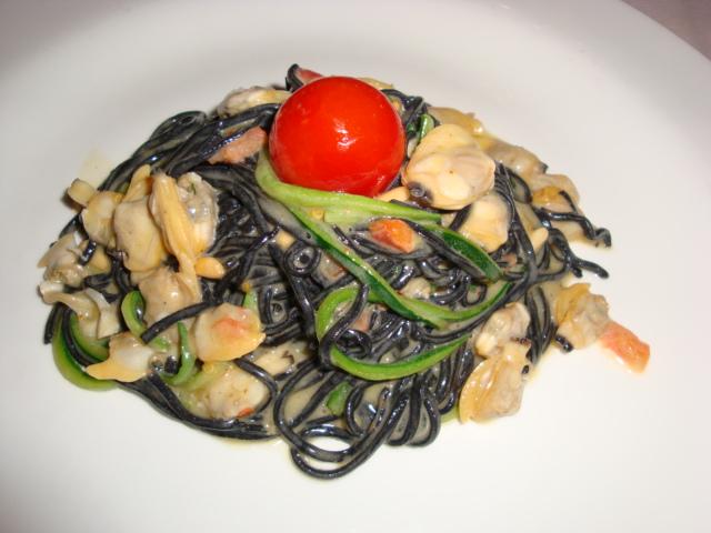 tagliolini impastati al nero di seppia con zucchine e vongole