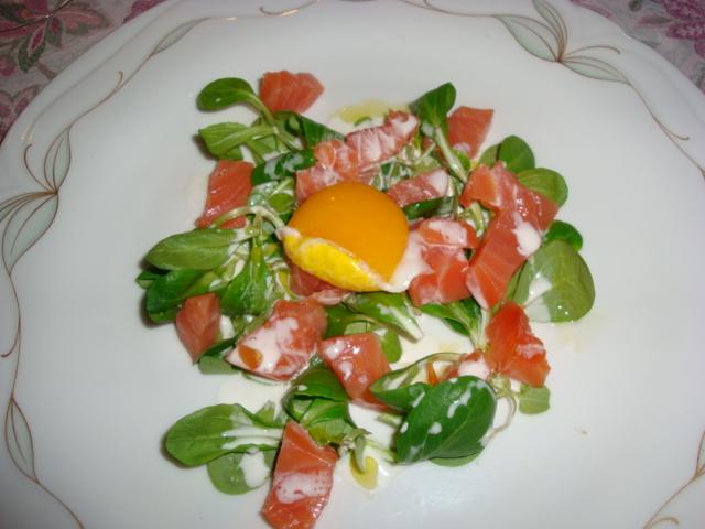insalata di filetto di salmone Balik con rosso d'uovo crème fraiche