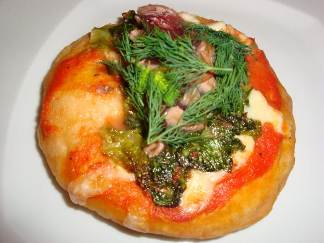pizza fritta con tonno, scarola, agrumi, base di pomodoro e mozzarella