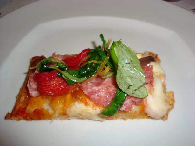 Pizza con salsiccia, parmigiano, pomodoro confit, burrata e alic