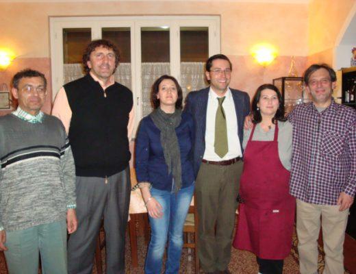 i proprietari della Locanda Tre Spade insieme agli ospiti della serata