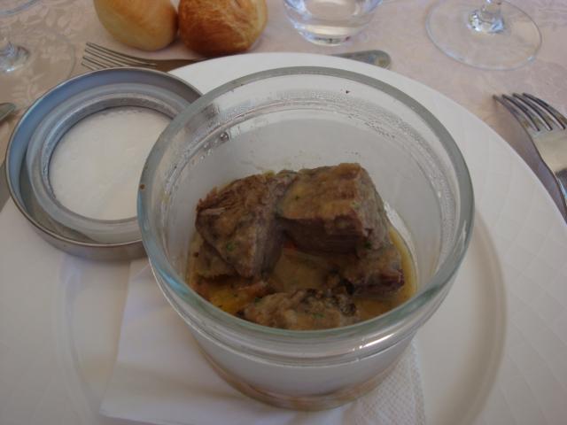 cubotto di manzo in trasparenza, patate sabbiose e carote glassate