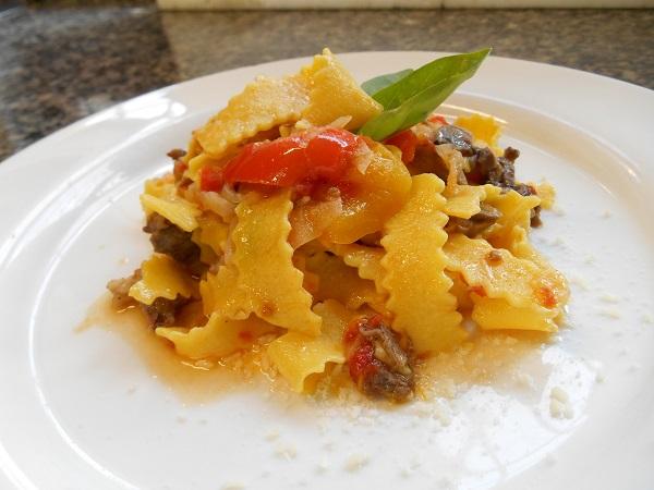 maltagliati di pasta fresca con coda di manzo e peperoni