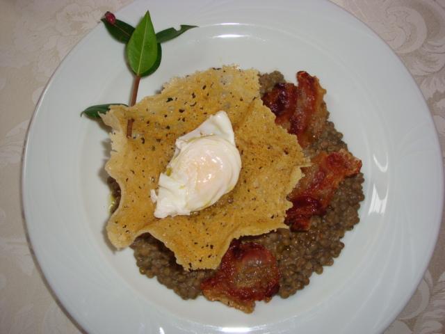 uovo barzotto in cestino di Parmigiano su guazzetto di lenticchie di Colfiorito e guanciale croccante