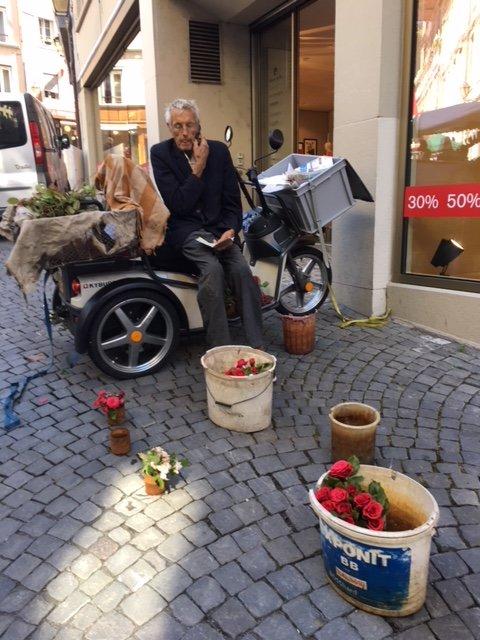 venditore di rose al mercato