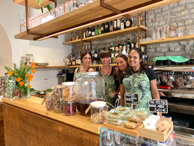 Elena Ingiardi, seconda da sinistra, proprietaria del locale, insieme al suo team-Photo Credits @isabellaradaelli