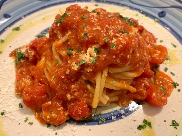 spaghetti ai tre pomodori con sfoglie di Parmigiano - photo credits @isabellaradaelli