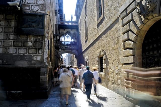 Barcelona.-Barrio-Gótico-Carrer-del-Bisbe-©Ente-Spagnolo-del-Turismo-