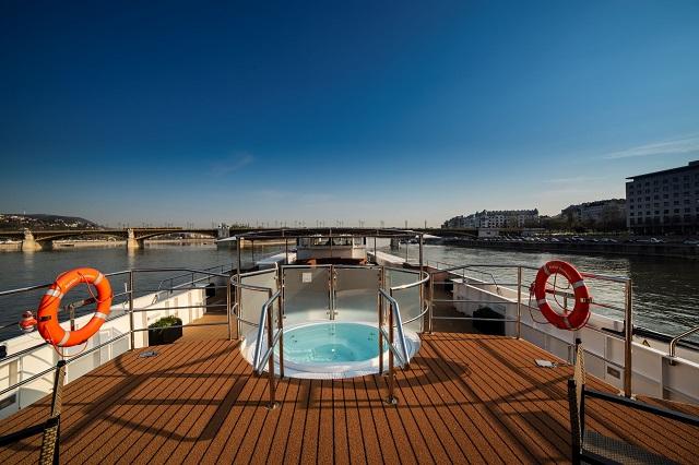 Avalon Waterways Envision_Sky Deck_Whirlpool_