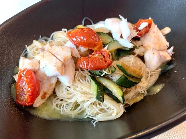 spaghetti di riso con zucchine alla menta, scampi, polpa di branzino ai pomodori e cipolle confit