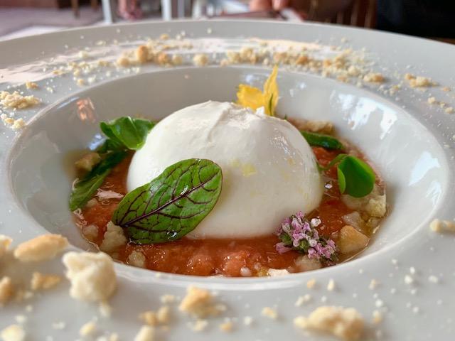 burrata, salsa al gazpacho e sbriciolata di tarallo
